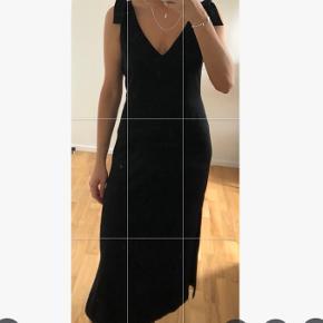 Fin kjole med bindedetajle på stropperne.  Kom med et bud (: