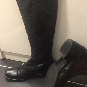 Flotte støvler fra Billi Bi. Brugt få gange og indendørs.  Derfor sat som ikke brugt.