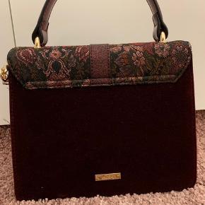 Bordeaux rød taske fra Aldo. Kan bruges som håndtaske eller crossbody. Fejler intet er kun blevet brugt 2 gange. Så god som ny.