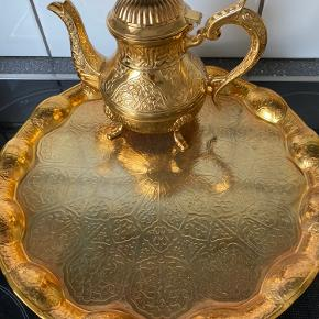 Tyrkisk kaffekande med bakke i guld. Aldrig brugt men der er en smule misfarvning på bakken.