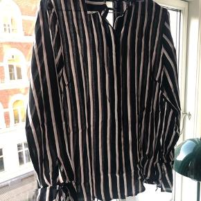 Figursyet skjorte fra Echte, str. S  Nypris 800kr   Køber betaler fragt - bytter ikke 😊