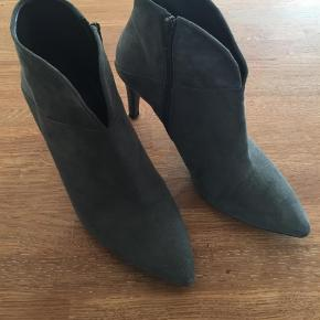 Varetype: Støvletter Farve: Grå Oprindelig købspris: 1600 kr.  Grå støvletter fra BilliBi str 40, sælger da de er for høje.  Pris 1000,- pp  Hælen er 8 cm  Brugt 2 gange