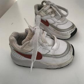 Varetype: SneakersFarve: Hvid Oprindelig købspris: 349 kr.  Skøn lille Nike sko.  Har aldrig været brugt, men har lidt mærker på snuderne, sådan var de dig ved køb.