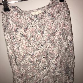 Denne skjorte er såå flot. Jeg er så ked af det over at jeg aldrig rigtig fik den brugt. Sælges fordi jeg ikke kan passe den mere. Bare byd :)