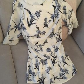 Den smukkeste flæsekjole fra Pieces er nu til salg 😍🌸 Flæser på ærmerne og nederst på kjolen. Så smuk og rigtig sød 😊  Påsyet underkjole medfølger 🌸 Str S
