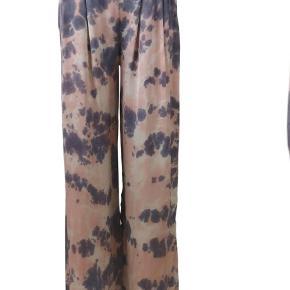 Black colour bukser