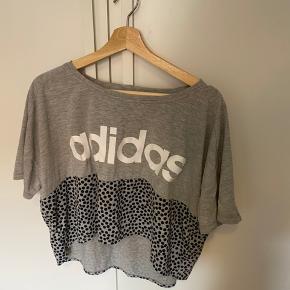 Fin adidas crop-tshirt. Brugt få gange. Str 38-40, men er lidt oversized