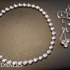 Jeg sælger flere smykker i guld og hvidguld, de fleste fra Carre   Varetype: halskæde Størrelse: 42 cm Farve: hvidguld Oprindelig købspris: 2820 kr.  ARMBÅND ER SOLGT   Halskæde i 14 karat hvidguld, 42 cm (ikke 38 cm som der står på kvittering, fejl) med diamant vedhæng i 14 karat guld (diamanter: renhed: W-SI/I, ca 0.045 carat).   Kæden er ubrugt. Vedhæng er brugt, da armbånd var brugt.   Diamant vedhæng er lavet ud fra et tennisarmbånd, der bestod af 40 diamanter, som certifikat (kan sende billede) skriver. De tre led er lavet til vedhæng, se billede.   Beregning af købspris: 3 led fra armbånd + halskæde + guldsmede arbejde til vedhæng = 15.000 kr x 3/40 + 1095 kr + 600 kr = 2820 kr.  Se mine andre smykkeannoncer.  Der gives rabat ved køb af flere varer på mine annoncer.   Sendes som pakkepost uden omdeling DAO, dvs med track and trace