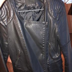 Fake læder jakke, som næsten ikke er brugt:)  Byd endelig!  #30dayssellout