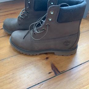 Lækre støvler købt i december 2018, kun prøvet og forsøgt gået til en gang, desværre for små til mine fødder. Derfor er de næsten så gode som nye :)