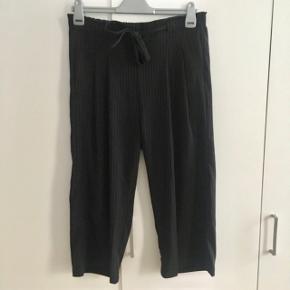 Sorte 3/4 bukser med hvide striber fra Jacqueline de Young, går til midt på skinnebenet. Str. L. Aldrig brugt
