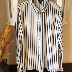 Skjorte fra H&M i str 46, men passer str 38-40. Sidder super godt.