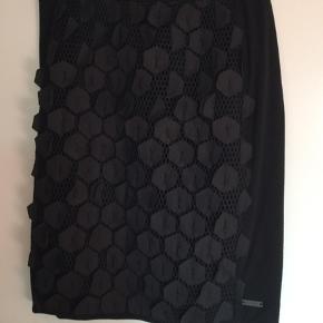 Nør nederdel  Meget sjov sort nør nederdel med flotte finesser. Str 3 - Large Lgd . Ca 57-58 cm  Køber betaler Porto med 45 kr.