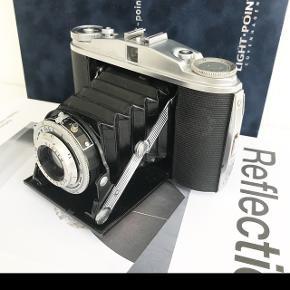 Retro kamera her brugt som stilleben på reolen.  Kameraet er ikke funktionel.