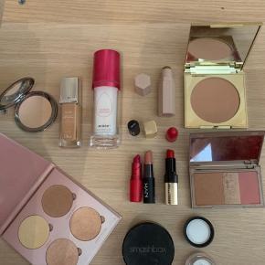 Hej piger.   Hvis nogle mangler lidt makeup, har jeg en smule til salg.  det er brugt så lidt, at det er nærmest som nyt🤗 Kan afhentes i Herning, ellers sendes på købers regning 😊  ABH GLOWKIT: 130kr SOLGT URBAN DEKAY FLUSED: 50kr SOLGT MICHAEL KORS BRONZER: 50kr SOLGT SMASHBOX LOOSE POWDER (light neutral): 60kr BEAUTY BLENDER RE-DEW SET SPRAY: 100kr DIOR FOUNDATION (col: 040): 75kr SOLGT TEEEZ PUDDER (varm sand) 50kr SOLFT FENTY BEAUTY CONTOUR STICK ( cocao): 60kr SOLGT CHANEL ILLUSION D'OMRE: 80kr SOLGT BOBBI BROWN LÆBESTIFT ( parisian red ): 100kr NYX LÆBESTIFT (spirit): 30kr SOLGT MAC LÆBESTIFT ( Viva glam): 50kr