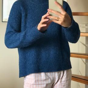 Blå sweater fra H&M.