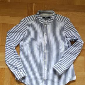 Varetype: skjorte Farve: Hvid og blå Oprindelig købspris: 199 kr. Prisen angivet er inklusiv forsendelse.  Økologisk bomuld skjorte - figursyet.
