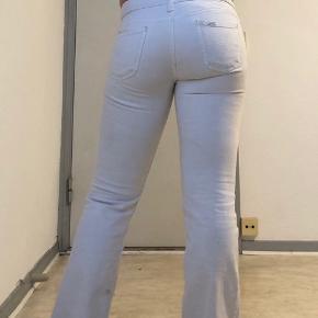 Lowcut Lee Jeans. Lidt pletter i bunden af buksebenene, men kan nok komme væk med noget blegemiddel.