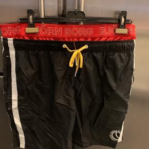 Bade bukser som aldrig har været brugt   Mål:  Liv: 2 x 48 cm ( målt uden at udvide elastik)