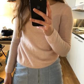 Sødeste sweater fra det franske mærke Des Petits Hauts. Størrelsen svarer til XS/S, og farven ses nogenlunde på billederne - lidt pink cloud-agtig 💖  OBS: Sweateren er fra Des Petits Hauts, som ikke er på Trendsales. Den er altså ikke fra Pure Cashmere 💗
