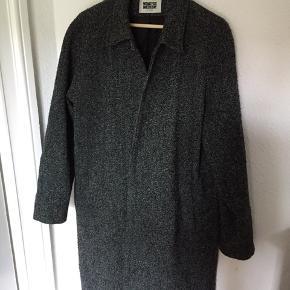 Lækker frakke fra Weekday. Næsten ikke brugt. Købt fra ny til 1100 kr.