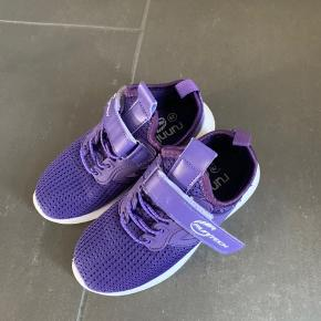 Sneakers fra run tech med snører og velcro str 29. Aldrig brugt.  Køber betaler Porto.