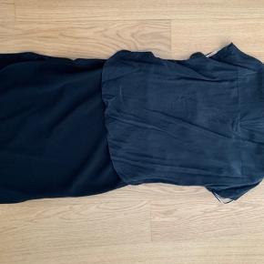 Super fin kjole ligner det er 2 dele. Men sidder sammen foran på nederdelen og blusen og er åben bag.  Toppen er silke