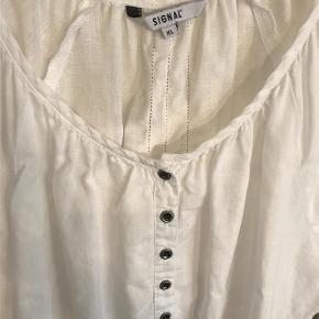 Varetype: Hør bluse Farve: Hvid Oprindelig købspris: 600 kr.  Dejlig sommerbluse. Længde 67 cm. Bryst 58 cm. Elastik forneden.