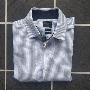 Fin blå/hvid stribet Selected Homme skjorte. Ikke brugt meget, det kan man også se på vaskemærket. Skjorten er i størrelse small, men vil også kunne sidde på en lille Medium.  Aarhus C  Jeg sælger også Ralph Lauren skjorter og Hugo Boss skjorter.