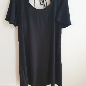 Sort kjole fra Mango i str. M - 'stor' str. M Fejler ingenting. Læg mærke til detaljerne på ærmerne. Åben øverste del af ryggen Sidder rigtig flot #30dayssellout
