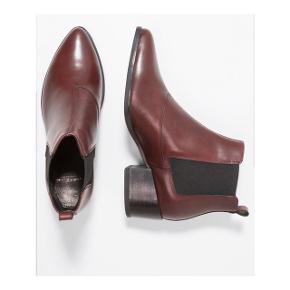 Vagabond støvler i bordeaux læder og elastik.  Str. 38  Kun prøvet indenfor.  Nypris: 900 kr. Mindstepris: 400 kr.  Ingen bytte.  Kan afhentes på Nørrebro ellers sendes på købers regning. Jeg handler gerne via mobilepay.
