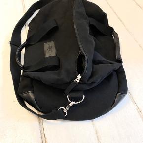Smart, sort kvalitets dufflebag fra Dead Vintage. Perfekt til den lille weekend eller til sportstøj og håndklæde. Mint condition.