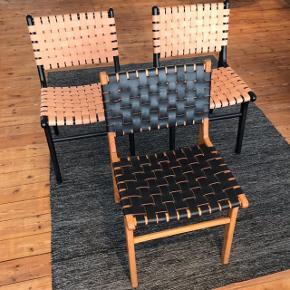 Jeg sælger de her 3 spisebord-stole i læderflet købt fra Nova Møbler.  Np har været 1995kr, men sælger dem ud for 800kr pr stk.  Der er en lille smule tegn på brugsspor, men ikke det stor så man lægger ikke mærke til det! Giver også mængderabat hvis man køber flere! Så kom gerne med et bud 😊