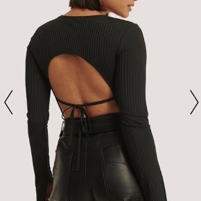 Sælger denne lækre bluse med bar ryg. Passes af xxs-xs