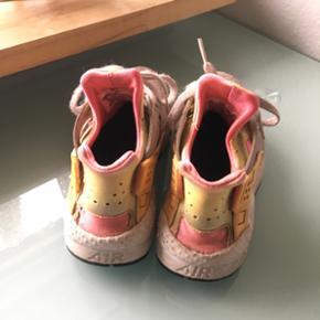 Nike air huarache sælges! Brugt meget, derfor lav pris Størrelse 38,5 - svarer til 37 Flappen bagpå er klippet af pga. den gik i stykker Kan mødes i Aalborg ellers er fragt 38kr