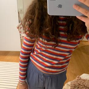 Rød, lilla og hvid stribet trøje fra nue notes Rigtig god stand Byd!!!!