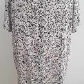Super flot og lækker kjole i ren viscose fra STORM & MARIE str. 38/40. Kjolen har knapper hele vejen ned i ryggen og små buede slidser i siderne.