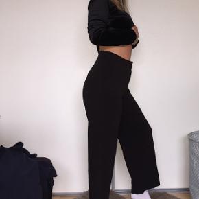 Bukser fra monki størrelse small. Lukkes med lynlås og knap, har også lommer. Er 1.60 høj i forhold til billedet og buksernes længde :)