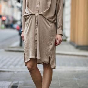 Smukkeste kjole med fine draperinger og lækker pasform. Fineste farve.  Aldrig brugt, men prismærke er taget af.   Jeg bytter ikke.