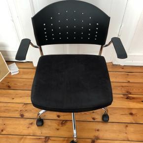 Fin kontorstol. God men brugt, mangler en enkelt skrue, men kan let købes og sættes i. Kan sende flere billeder.