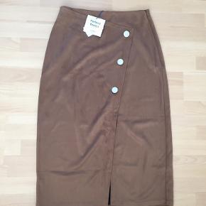 Lang nederdel fra Zara i str. L i suede. Brun farve med lynlås i siden af nederdelen 🧡 aldrig brugt og har stadig mærke i.