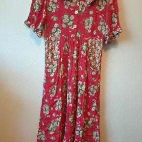 Sælger denne søde retro/vintage kjole med blomster, som jeg selv har købt her på Trendsales. Har valgt at sælge den, da den er lidt kortere, end jeg havde forventet (den går mig til læggen, og jeg er 170 cm høj). Der er umiddelbart ikke nogle tegn på, at den er blevet brugt, og jeg har heller ikke selv brugt den, siden jeg købte den. Den har en rigtig sød krave og er perfekt til at have på om sommeren, evt. til en picnic! Da den er lidt oversized, passer den også en str. M, selv om det er en str. S (ifølge den tidligere sælger). Hvis den ikke bliver solgt, planlægger jeg at klippe den over og forsørge at sy en trøje ud af den i stedet.  Køb denne kjole sammen med en anden lyserød/pink blomstret kjole (str. S) samt en oversized blomstret jakke (str. M) samlet til 150 kr.! Det hele er vintage!  Giver gerne mængderabat ved køb af flere ting - bare spørg! :)