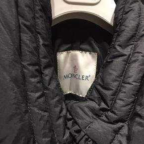 Helt fantastisk dunjakke med bælte fra Moncler. Helt som ny og sælges til en mega god pris.