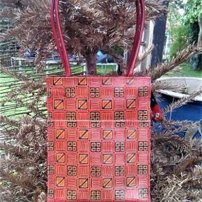 Brand: Etnisk design - Prægning i læder / skind Varetype: taske - Marrokansk skind arbejde Størrelse: 30 x 24/5 Farve: Multi  Lækkert skind/ læder arbejde ; relief prægning og skønne virile farver . Måler 30 x 24,5 cm . Bræmme og bund måler ca 8 cm , og er i ensfarvet rødt skind . Hanke måler ca 62 cm . Har en ydre lomme , lukket med tryk knap . Lukket med lynlås . Sort for med en mobil lomme og en lynlås lomme . Brugt få gange .