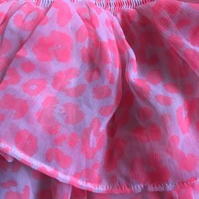 Meget elastisk og vil passe de fleste størrelser. Neon pink leopard print og en rigtig prinsessekjole. Jeg fik personligt selv meget glæde af den da jeg var lille, men den er stadig som ny.