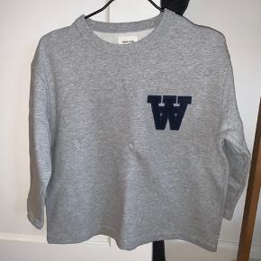 Trekvartærmet sweatshirt i a-facon fra WW sælges. Super skøn at have på. Nypris var 1000. Hvis varen skal sendes, betaler køber fragten.