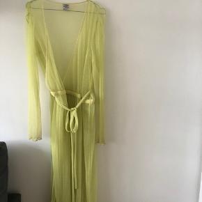 Slå-om-kjole.  Uden underkjole, som kan bruges med en tee og jeans eller som en kjole.