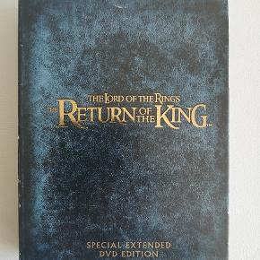 "Ringenes Herre - The lord of the rings:  Eventyret om ringen De to tårne Kongen vender tilbage  Pris: 25,- stk. plus porto Fast pris Sendes med DAO  -------------------------------------------------------------------------------- The Lord of the Rings: The Return of the King - Limited Edition - 2 discs  instruktør Peter Jackson Limited edition af den tredje og sidste film, ""Kongen vender tilbage"", i ""Ringenes herre""-serien Spilletid: 3 timer og 12 minutter.  Pris: 65,- plus porto Fast pris Sendes med DAO -------------------------------------------------------------------------------- The Lord of the Rings: The Return of the King - Special Extended Edition - 4 discs  instruktør Peter Jackson Extended edition af den tredje og sidste film, ""Kongen vender tilbage"", i ""Ringenes herre""-serien Spilletid: 4 timer og 30 minutter.  Pris: 100,- plus porto Fast pris Sendes med DAO"