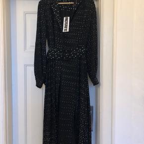 """Smuk kjole fra ROTATE   Modellen hedder """"number 10""""  og den er en helt normal str 38/M  Bemærk at prikkerne på bæltet og kraven er en smule tydeligere end på resten af kjolen.  Mp. 1500 pp"""