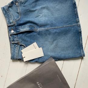 helt ny denim nederdel fra selected sælges.  str 36 (passer en s-m)  er kun blevet prøvet på! den er dsv ikke lige mig, så derfor vil jeg hellere ha, at en anden får glæde af den🤩